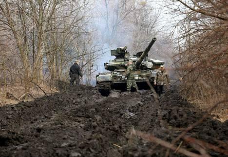 Ukrainalainen panssari ryömi Lysytšanskin kylän tuntumassa Luhanskin alueella keskiviikkona.