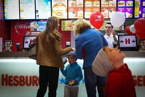 Äiti Tatjana Kora (vas.), lapset Mark ja Vladislav Kora (oik.) sekä isoäiti Nelli Martjuševa kävivät aterioimassa Pietarin keskustan Hesburgerissa.