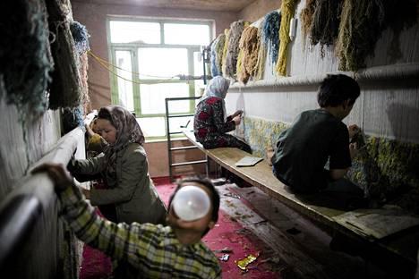 Afgaanilapset kutoivat mattopajalla Heratissa. Matot ovat olleet Afganistanin tunnetuin vientituote, ja niitä kutovat yleensä naiset ja lapset. Matot ovat työllistäneet aiemmin jopa viidenneksen afganistanilaisista.