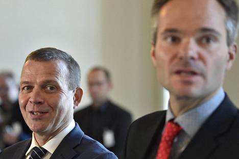 Kokoomuksen puheenjohtaja Petteri Orpo (vas.) ja eduskuntaryhmän puheenjohtaja Kai Mykkänen välikysymystä koskevassa tiedotustilaisuudessa viime viikolla.