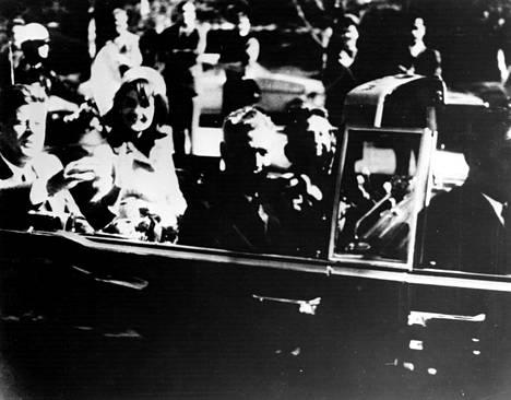 Yhdysvaltain presidentti John F. Kennedy tervehti avoautosta yleisöä vaimonsa Jacqueline Kennedyn kanssa hetki ennen salamurhaa Dallasissa marraskuussa 1963.