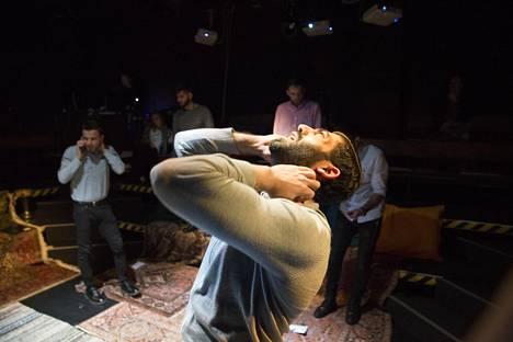 Näyttelijä Bakr Hasan kertoo tarinansa Toinen koti -esityksessä.