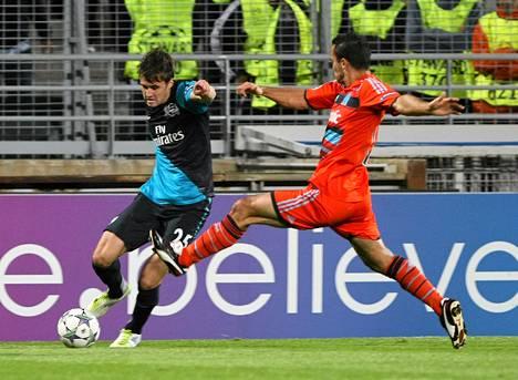 Arsenalin Carl Jenkinson (vas.) pelasi Marseillea vastaan lupaavasti.