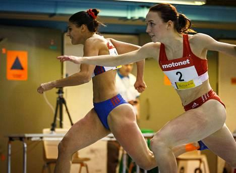 Nooralotta Neziri ja Reetta Hurske 60 metrin aitojen finaalissa SM-halleissa Kuopiossa toissa viikolla.