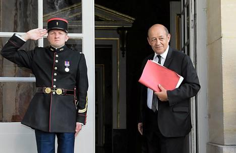 Ranskan puolustusministeri Jean-Yves Le Drian saapumassa pääministerin kutsumaan tapaamiseen, jossa pohditaan Syyrian tilannetta.
