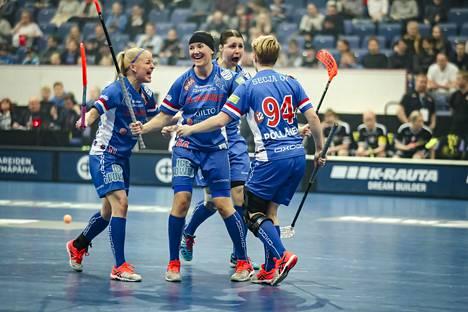 Classicin pelaajat juhlivat Salibandyn superfinaalissa 2017. Kuvassa Alisa Pöllänen (94) Sanni Nieminen (11), Katri Luomaniemi (66) ja Salla Suomela.