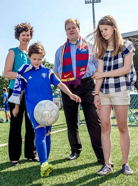 Anna Arola, Juhana Kokkonen, Miika Kokkonen ja Katariina Kokkonen katsovat Barcelonan pelejä internetistä.