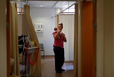 Georgina Symes hoivasi keskosena syntynyttä Rosie-vauvaansa synnytyssairaalassa Burnleyssa.
