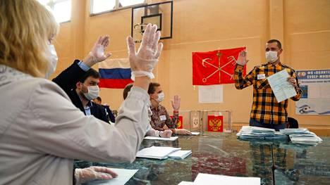 Paikallisen vaalikomitean jäsenet keskustelivat äänestyslipukkeen pätevyydestä Venäjän perustuslakiäänestyksen äänestyspaikalla Pietarissa keskiviikkona.
