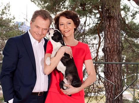 Sauli Niinistö, Jenni Haukio ja pariskunnan koira Lennu presidentin kanslian julkaisemassa perhekuvassa kesällä 2012.