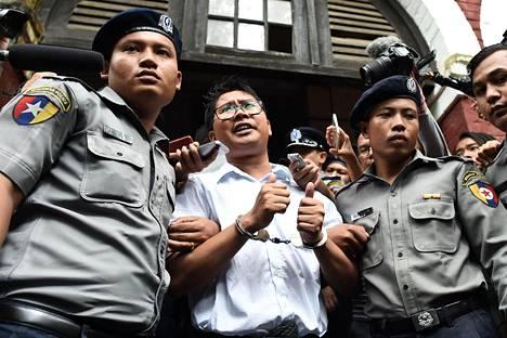 Vangittu Reutersin toimittaja Wa Lone kuvattuna viime syyskuussa, kun häntä saatettiin pois oikeustalolta Yangonissa Myanmarissa.