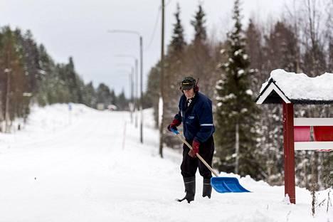 Pentti Kurkoja lapioi lumia Kittilän Rauhalan kylässä lokakuussa 2019. Lapissa lumipeitteen saapuminen ei ole juurikaan viivästynyt viime vuosikymmeninä. Keskimäärin lumi kuitenkin sulaa pois hiukan aiemmin keväällä kuin ennen.