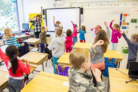 Ensiluokkalaiset opettelivat ruotsia liikunnan avulla.