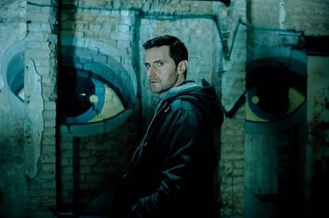 Richard Armitagen esittämä CIA-agentti Daniel Miller on hajuton ja mauton tyyppi – eli täydellinen vakooja mutta epätäydellinen keskushahmo draamasarjalle.