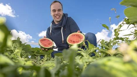 Maanviljelijä Kristian Mikolan mukaan suomalaiset melonit ovat valoisan kesän vuoksi erityisen makeita.