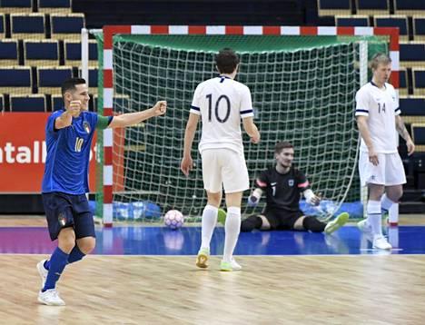 Italian Alex Merlim (vas.) juhli Douglas Nicolodin tekemää maalia maalivahti Juha-Matti Savolaisen selän taakse.
