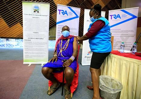 Kenialainen matkailuopas sai Cavax-hankkeen kautta saapuneen koronarokotteen Nairobissa huhtikuun lopussa.
