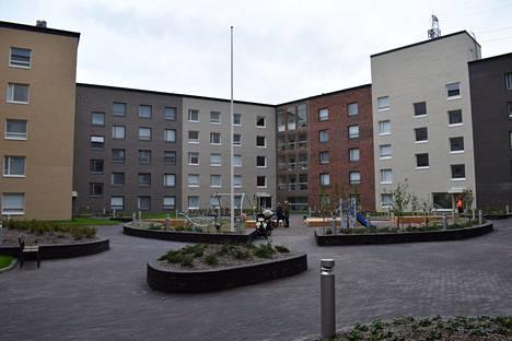 Gustaf Wilhelm -korttelin yhteispihalla ehti olla lipputanko noin puolen vuoden ajan, kunnes huoltoyhtiö kävi poistamassa sen.