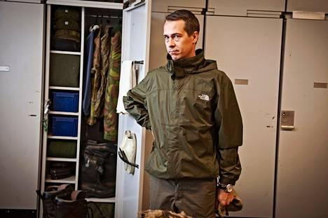 Kaartin jääkärirykmentin tukikomppanian naisten tuvan siisteys teki vaikutuksen puolustusministeri Carl Haglundiin.