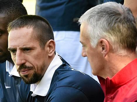 Franck Ribery (vas.) ei ole valmentaja Didier Deschampsin käytettävissä loukkaantumisen takia.