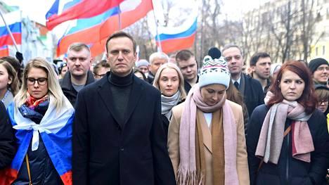 Aleksei Navalnyi marssi murhatun Boris Nemtsovin kunniaksi järjestetyssä mielenosoituksessa helmikuussa 2020. Vierellä olivat juristi Ljubov Sobol (vas.), vaimo Julia Navalnaja sekä lehdistösihteeri Kira Jarmyš.