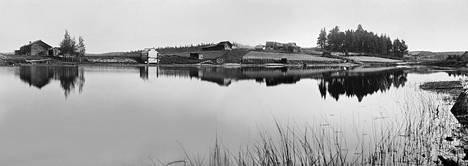 I. K. Inhan kuva Venehjärveltä, jota pidetään yhtenä Vienan Karjalan kauneimmista kylistä. Venehjärvi on tullut tutuksi nimenomaan Inhan matkakertomusten ja kuvien kautta.