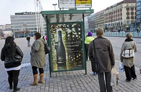 Lakiluonnos kieltäisi muun muassa bussipysäkeillä näkyvän alkoholimainonnan.