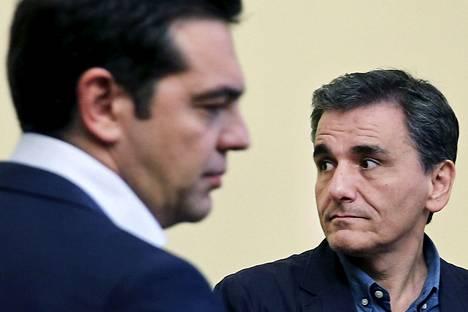 Kreikan pääministeri Alexis Tsipras (vas.) ja valtiovarainministeri Eukleidis Tsakalotos ovat kovan paikan edessä. Heidän pitää kasata lista tehtävistä säästöistä ja hyväksyttää se puoluetovereillaan.