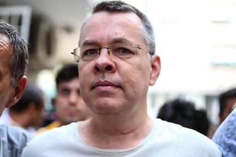 Turkin viranomaisten kiinniottama amerikkalaispastori Andrew Brunson pääsi keskiviikkona vankilasta kotiarestiin Izmiriin.