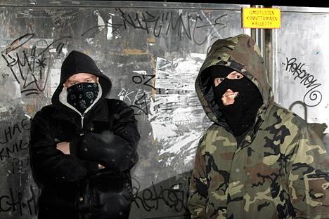 Julma Henri (oik.) 2007 otetussa kuvassa. Vasemmalla bändikaveri Syrjäytyneet-yhtyeestä.