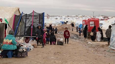 Al-Holin leirillä asuu paljon lapsia. Lapset tässä perjantaina otetussa kuvassa eivät ole suomalaisia.