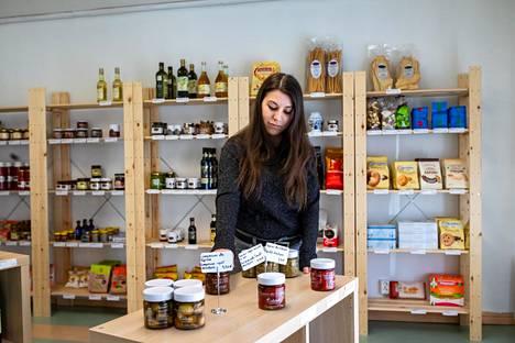 Francesca Frattucci avasi italialaisia tuotteita myyvän herkkukaupan Kauklahteen helmikuussa. Koronavirus on karkoittanut kaupasta lähes kaikki asiakkaat.