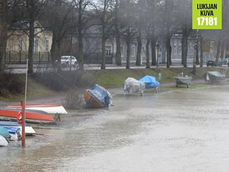 Kaisaniemenrannalla talvehtivat veneet olivat lauantaina vaarassa lähteä nousevan meriveden mukaan.