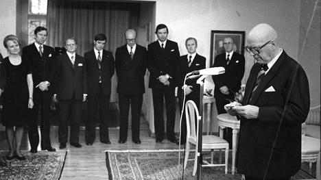 Urho Kekkosen kaudella presidentti poimi pääministeriehdokkaan, vaikutti hallituspohjaan, nimitti virkamieshallituksia ja lopuksi myös halusi hallituksen eroavan, vaikka hallitus ei ollut menettänyt eduskunnan luottamusta. Kuvassa niin sanotun hätätilahallituksen ministereitä vuodelta 1975.