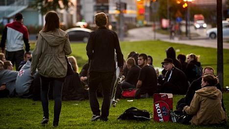 Nuoria kesäiltana puistossa Helsingin Kalliossa. Arkistokuva.