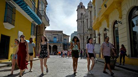 Turisteja kävelyllä vanhassa Havanna toukokuussa 2019.