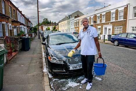 Linja-autonkuljettaja Bryan Allett pesee autoaan kotikadullaan Etelä-Lontoossa. Omassa ammatissaan hän on nähnyt, että asiakaspalveluun on entistä vähemmän aikaa, kun liikenneyritykset haluavat tehostaa toimintaansa.