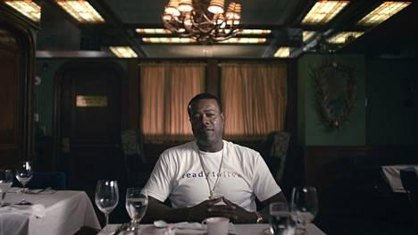 Damion Butler, Christopher Wallacen lapsuudenystävä, on yksi haastateltavista Biggie: I Got a Story to Tell -dokumentissa.