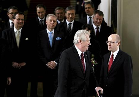 Tšekin presidentti Milos Zeman (edessä vas.) keskusteli uuden pääministerin Bohuslav Sobotkan kanssa hallituksen ryhmäkuvauksessa Prahan linnassa.