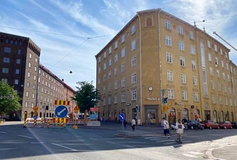 Museokadun ja Runeberginkadun risteys ennen työmaan laajentumista.
