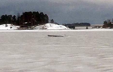 Westendin uimarannan laituri irtosi ja jäätyi keskelle merimaisemaa.
