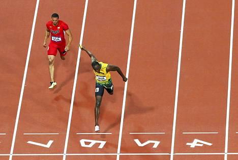 Jamaikan Usain Bolt ylitti maaliviivan ennen USA:n Ryan Baileyta.