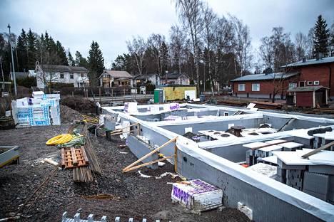 Uusia asuntoja nousee Helsingin Paloheinässä. Maanmittauslaitoksen selvityksen perusteella tontin osuus asuntojen hinnoista on kasvanut viime vuosina etenkin Helsingin esikaupunkialueilla.