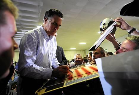Republikaanien presidenttiehdokkaaksi pyrkivä Mitt Romney tervehti kannattajiaan Bedfordissa New Hampshiressa maanantaina.