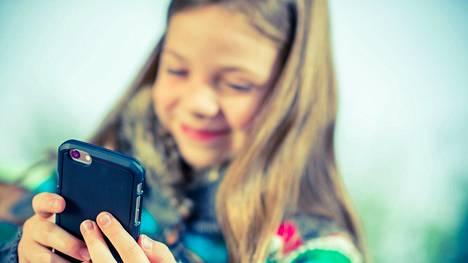 Lasten pelaamiseen kannattaa suhtautua tutkijoiden mukaan ihan samalla tavalla kuin muihin harrastuksiin. Pelatessa lapsi tai nuori voi rentoutua, kokea elämyksiä ja saada osaamisen ja onnistumisen kokemuksia.