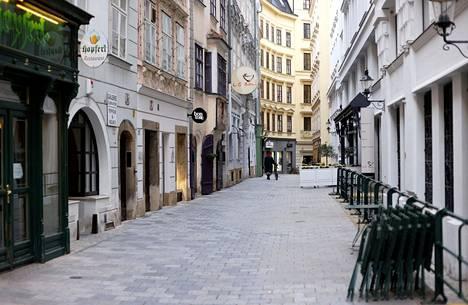Itävallan pääkaupungissa Wienissä kadut olivat maanantaina tyhjiä, sillä ulos ei saa mennä ilman hyvää syytä.