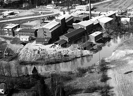 Ilmakuva Tikkurilan Silkin tehdasrakennuksista 1960-luvun lopulla. Etualalla on Keravanjoki. Tehtaan takana näkyy kaksi huoltoasemaa ja Bio Grand -elokuvateatteri.