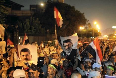 Syrjäytetyn Egyptin presidentin Muhammed Mursin kannattajat osoittivat mieltään Kairossa perjantaina.