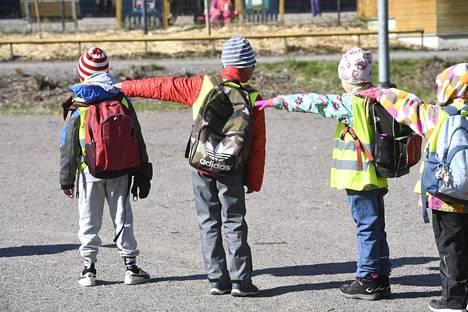 Koulut olivat valmiuslain ja tartuntatautilain nojalla pääsääntöisesti kiinni maaliskuun 18. päivästä lähtien. Kirstin koulun ekaluokkalaiset mittasivat turvaväliä koulun pihalla Espoossa, kun kouluihin palattiin 14. toukokuuta.