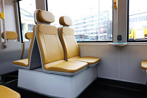 HKL:n uuden pikaraitiovaunun istuimet ovat okranväriset ja istuinten välissä on turkoosinvärisiä pikkupöytiä. Seiniin on asennettu USB-pistorasioita, joissa voi ladata kännyköitä.